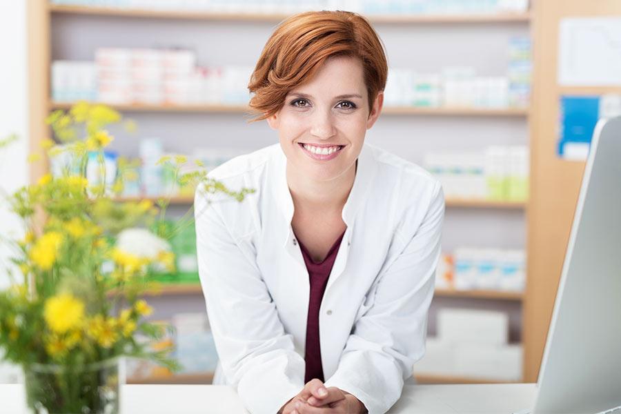 Pharmazeutisch Technische Assistentin mit einem Lächeln